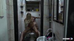 Novinha bebada fudendo no banheiro da balada