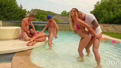 Orgia na casa com piscina dessas amigas