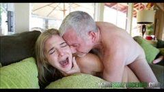 Velho tarado comendo a sua linda netinha de dezoito anos em cima do sofá e fazendo ela chorar na rampa com seu pau grande