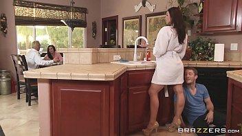 Filme porno internacional fazendo uma boa putaria com minha tia atrás do balcão da cozinha enquanto o corno do marido dela fica na sala